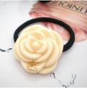 Резинка для волос Камелия кремовая
